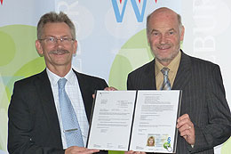 Rudolf Philipeit, Geschäftsführer der Fa. SiXFORM, überreicht Landrat Eberhard Nuß (rechts) den Bescheid des Bundesverwaltungsamtes. Foto: Dagmar Hofmann