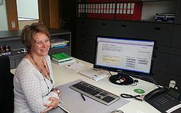 Frau Wagner der Gemeinde Mauerstetten an ihrem Arbeitsplatz